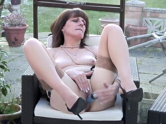 British Amateur Housewife Gets Naughty And Wet - MatureNL