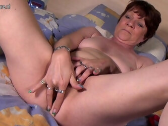 This Naughty Housewife Loves To Play With Her Pussy - MatureNL