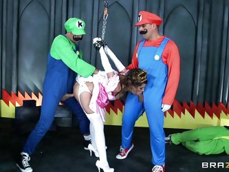 Sexy milf Brooklyn Chase stars as Princess Peach in this cosplay porn. Mario and Luigi make her give them blowjobs in Bowser's castle. She rides