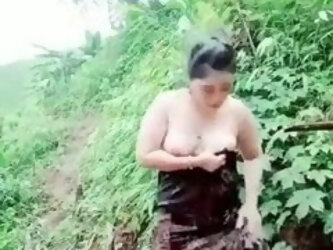 Indian aunty shows nude body in the jungle
