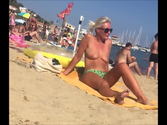 Voyeur plage (190) - Topless classy MILF with big boobs on the beach