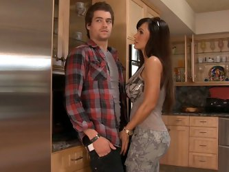 Xander has come over to visit his buddy, but instead finds himself helping Lisa Ann carry her really heavy groceries in the house. He doesn't wan
