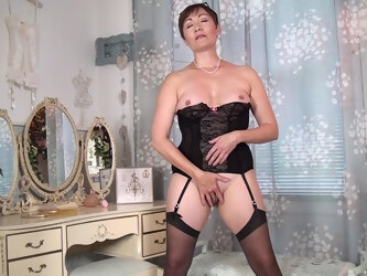 Amateur homemade video of mature Kitty Creamer having solo fun