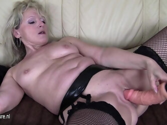 Horny Blonde Mature Slut Loves To Take A Tinkle - MatureNL
