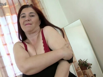 Big Breasted Mama Playing With Her Tits And Pussy - MatureNL