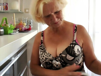 Horny Housewife Janice Loves To Get Wet And Wild - MatureNL