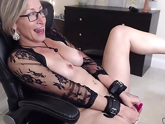 Mature woman gets kinky while masturbating on cam