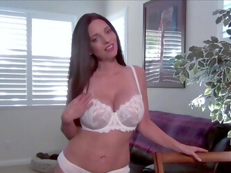 MILF with bouncy tits reveals her slutty side to the cam
