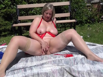 Naughty Mature Lady Playing With Herpussy In The Garden - MatureNL