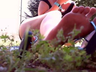 Nicoletta shows you her sexy feet in the garden