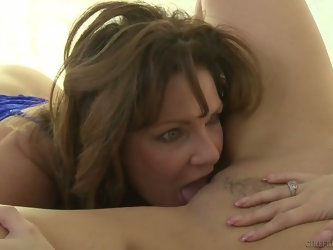Juggy seductress Syren De Mer is pleasing wet pussy of bosomy milf