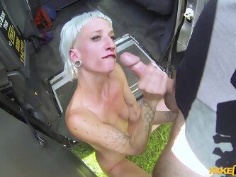 Mature blonde Luna Toxxxic sucks a dick and eats ass of the driver
