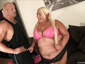 She's white, huge and blonde. Meet our chunky bitch Trashly, a splendid bbw with golden hair and pony tails. Trashly feels attracted by her muscl