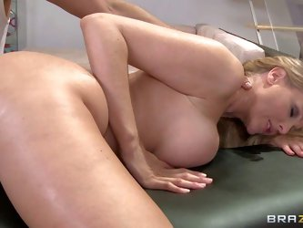 Julia Ann is a hot bodied woman with bubble butt and huge tits that begs for relaxing massage. She gets nude for full body massage. Danny Mountain giv