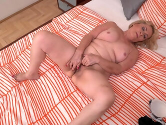 Unshaved Mature Lady Playing With Her Pussy - MatureNL