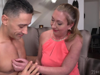 Mature slut with trimmed pussy Elizabeth Bee having sex with her lover