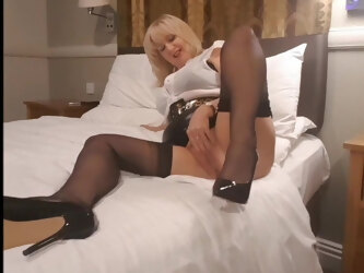 Curvy mature teases in FF nylons
