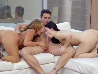 Pale girlfriend Noelle Easton invited over Richelle Ryan for a 3-way